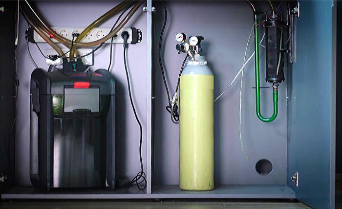 水槽台内部に配管を通してフィルターやクーラーを収納