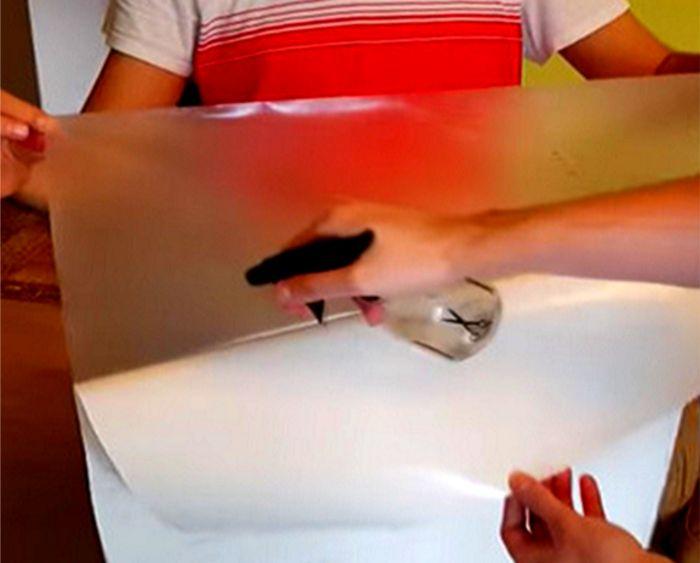 水槽用バックスクリーンを貼りつけるときはバックスクリーン側にも薄めた中性洗剤液をスプレーしよう