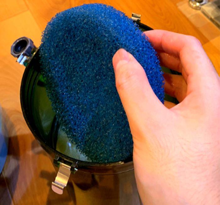 スポンジをフィルターや濾過装置に入れて使用すると水中のごみをしっかりとキャッチしてくれる