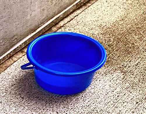 水を汲み置くことでカルキを抜くことができるが紫外線が必要なので屋外か日の当たる場所で行う